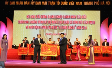 Traphaco receives Hanoi Chairman's Emulation Flag